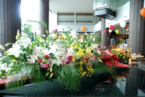 リボンの部分が花を活ける台となっており、台に花を飾る。